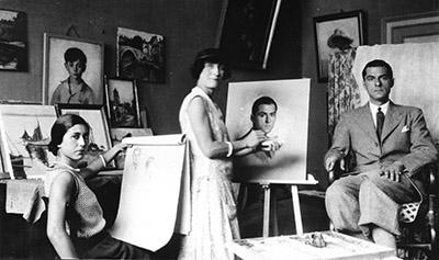 Dans l'atelier. Odette Boyer et Raymond Chantoiseau, son futur mari. Au centre une inconnue, 1931. Collection particulière