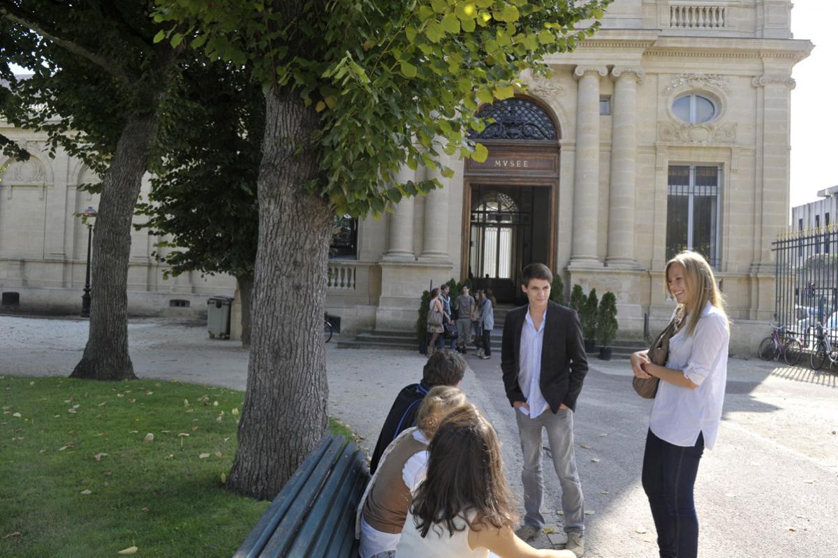 Photo devant le musée
