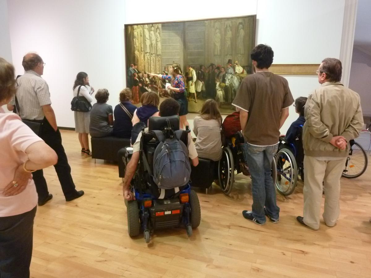 Photo d'une visite d'un groupe de personnes en fauteuil roulant