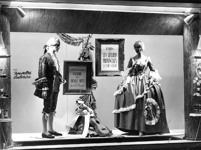 Image d'une vitrine aux Nouvelles Galeries faisant la publicité pour l'exposition (photo Puytorac)
