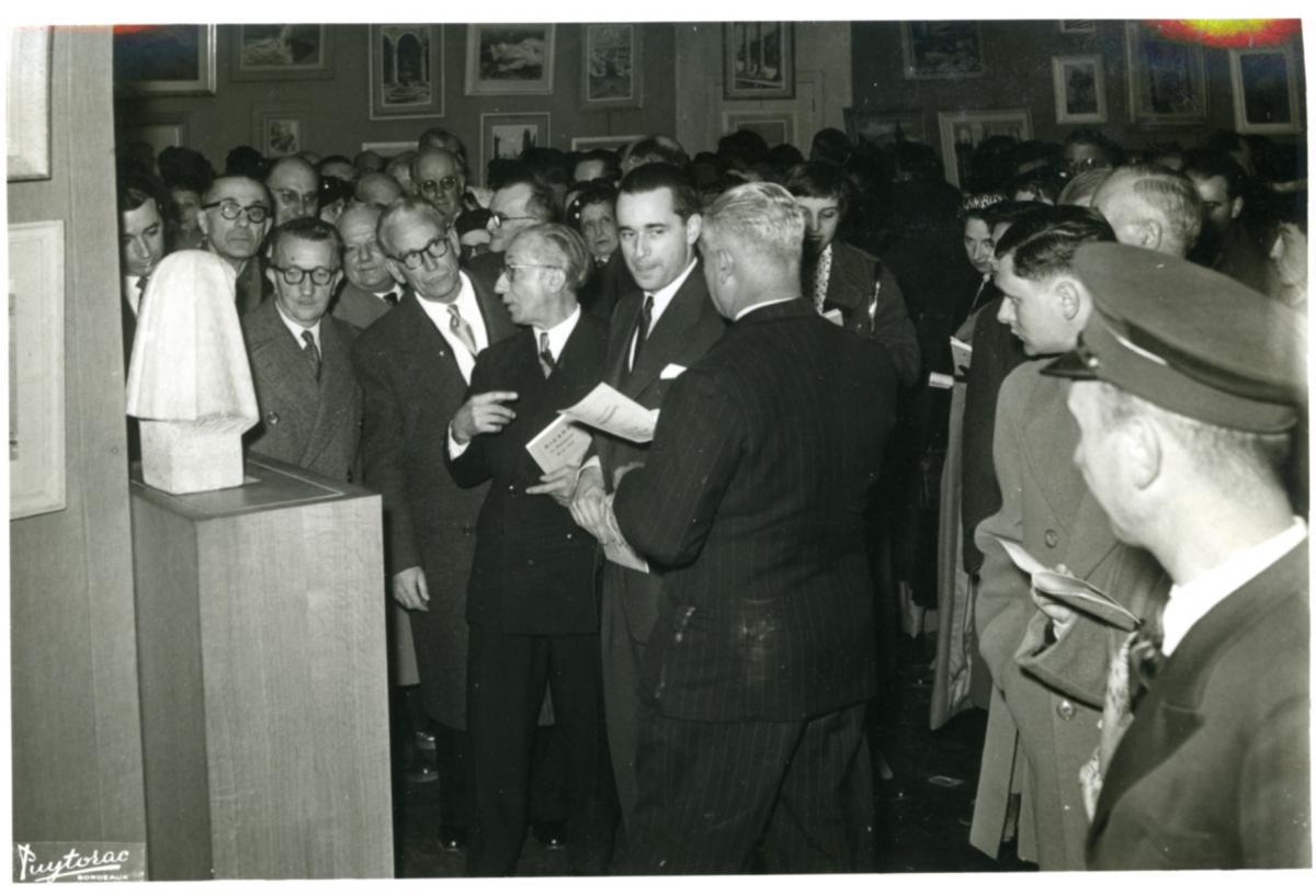 Alexandre Callède et Jacques Chaban-Delmas à l'inauguration du Salon de L'Atelier, Bordeaux, 1954 (c) Documentation. Musée des Beaux-Arts de Bordeaux