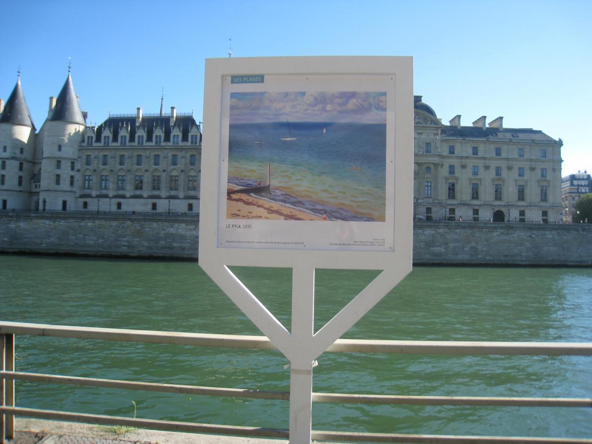 Vue de l'exposition sur les quais de Paris, Albert Marquet, Le Pyla