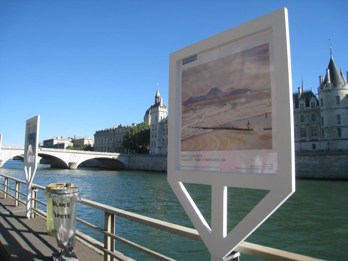 Vue de l'exposition sur les quais de Paris, Albert Marquet Tempête à La Goulette