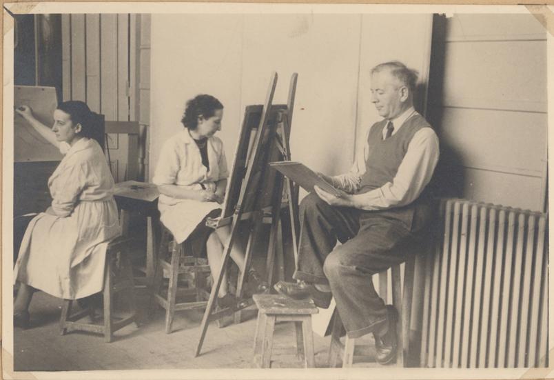 R. Rodes dessinant  à l'atelier des Beaux-Arts, Bordeaux. Vers 1950-1954. Collection particulière