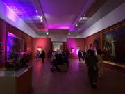 ambiance lumineuse dans les salles du musée pendant la soirée.