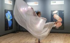 Danse dans l'exposition Suzanne Lafont lors de la Bacchanight 4